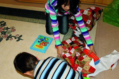Déballage des cadeaux dans une famille